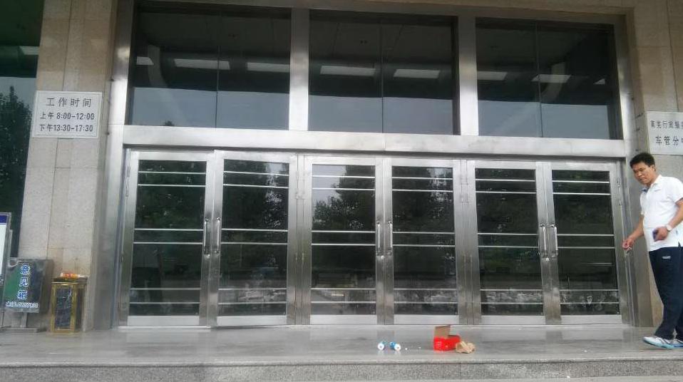 在莱芜本地不锈钢玻璃大门厂家有很多,我们都会经过多家综合对比选出性价比较高的一家去购买,所谓优异就是产品质量过硬,价格公道,服务完善,这些优异于一身的不锈钢玻璃大门厂家其实不多,在这里不得不为您推荐青岛泰明门业,因为有图有真相,就在上个月莱芜世纪城第三次与我公司合作了,之前因为使用的不锈钢楼宇门质量好,用得住,所以这次他们又从泰明门业采购不锈钢玻璃大门,主要是用于车管所进出大门,要求外观简单大方。