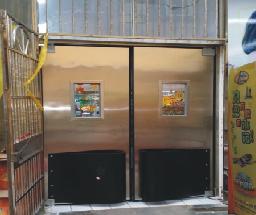 实拍【青岛】伟龙商贸有限公司超市防撞门加工及安装案例